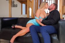 Blonde bombshell Sienna Day will get rammed by way of huge cock !